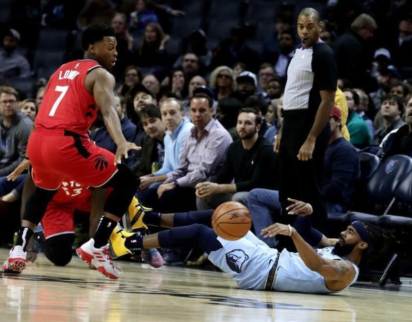 Lowry (i) de Toronto Raptors intenta bloquear un pase de Mike Conley (d) de Memphis Grizzlies en un partido de la NBA el pasado mes de noviembre. EFE
