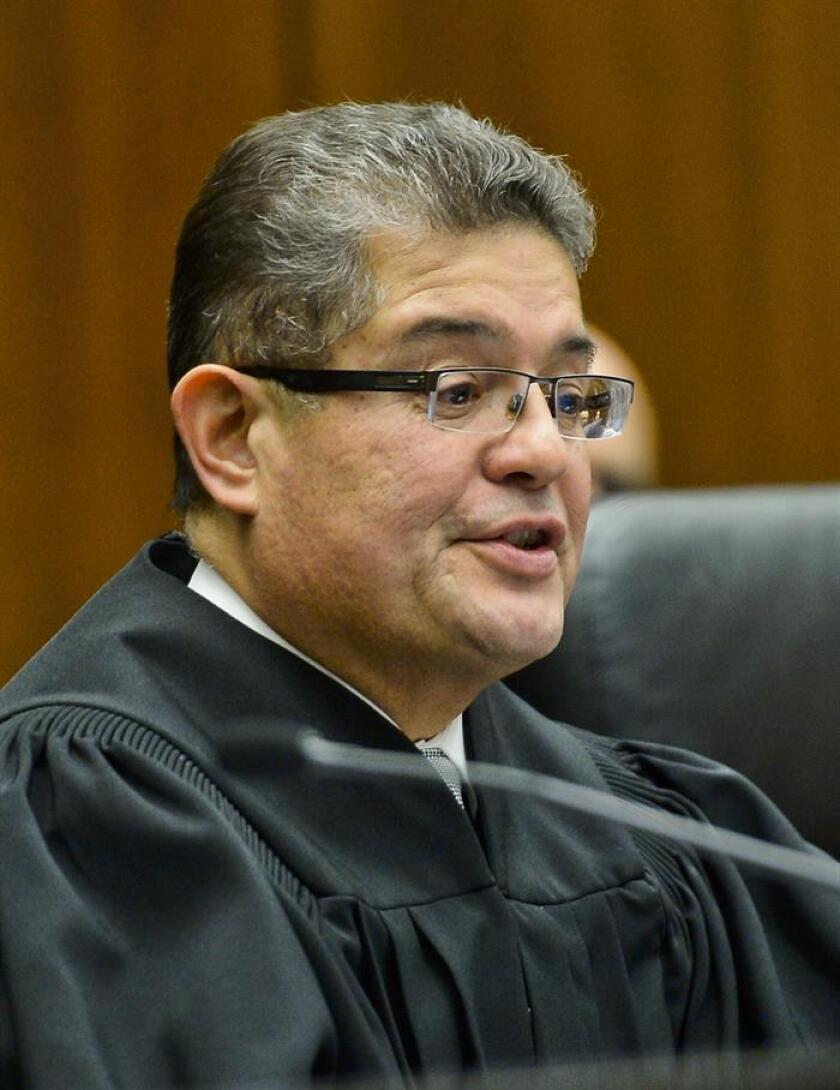 El presidente del Tribunal Federal en Chicago, Rubén Castillo, dictaminó hoy que las detenciones que hace el Buró de Alcohol, Tabaco, Armas de Fuego y Explosivos (ATF, por su sigla en inglés) no son tendenciosas hacia las minorías, aunque cuestionó estos procedimientos. EFE/Archivo