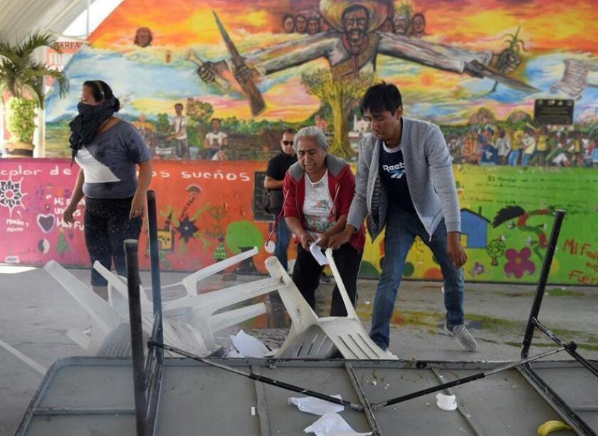 Activistas opositores a la construcción de una central termoeléctrica en el estado de Morelos (México) destruyen este sábado urnas, papelería y mobiliario de la consulta ciudadana que el Gobierno mexicano llevará a cabo hoy y mañana en tres entidades de esta región del país. EFE