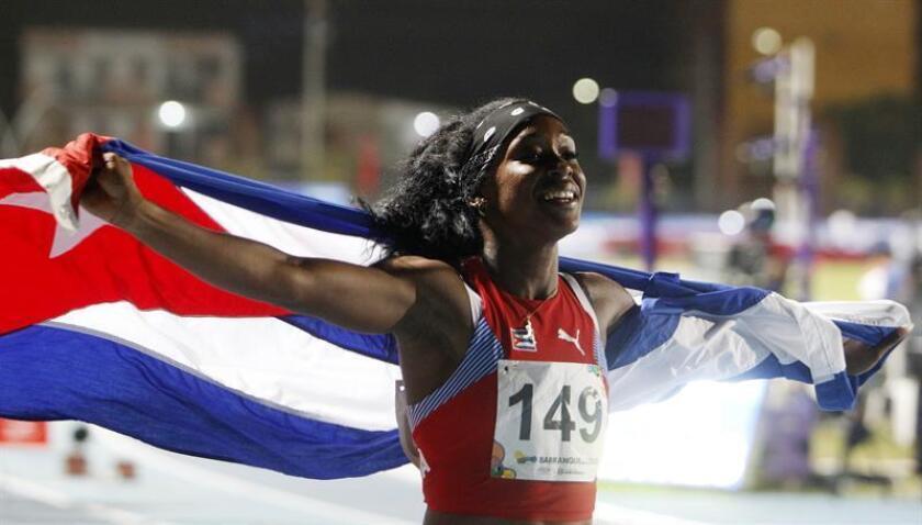 La cubana Zurian Hechavarria celebra al ganar la medalla de oro en la prueba de 4X400 relevos femenino en los XXIII Juegos Centroamericanos y del Caribe 2018 en Barranquilla (Colombia). EFE