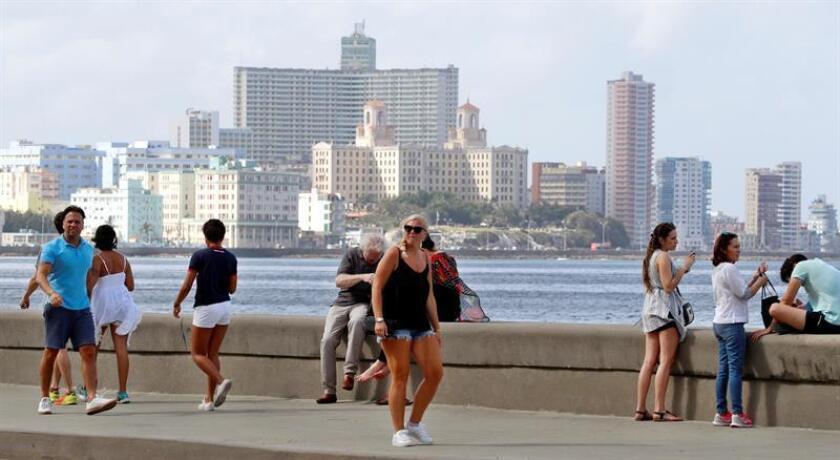 Un grupo de turistas camina por el Malecón habanero hoy, en La Habana (Cuba). EFE