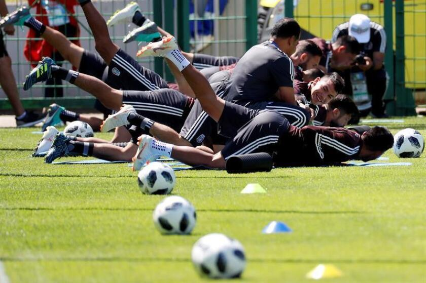 Mexico's players warm up during a training in Moscow 20 June 2018. Mexico will face South Korea in the FIFA World Cup 2018 Group F preliminary round soccer match on 23 June 2018. EFE
