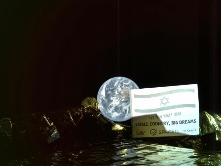 """Fotografía cedida por SpaceIL, y Aeroespacial de Israel (IAI), del módulo lunar israelí """"Bereshit"""" (Génesis) que ha mandado este martes su primer """"selfie"""" desde el espacio, a 37.600 kilómetros de la Tierra, en su camino hacia la Luna donde está previsto que se pose el próximo 11 de abril. EFE"""