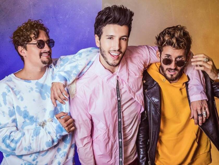 Sebastián Yatra aparece al lado del dúo Mau y Ricky en esta fotografía promocional