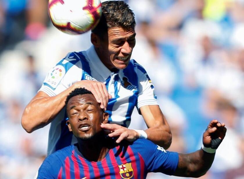 El defensa de la Real Sociedad, Héctor Moreno (arriba) y el defensa del FC Barcelona, Nelson Semedo en el estadio de Anoeta de San Sebastián. EFE/Archivo