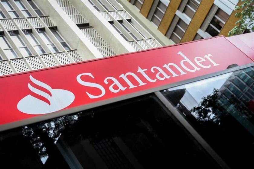 """El Banco Santander indicó a la Comisión del Mercado de Valores (SEC) de EE.UU., que la incertidumbre en torno a las guerras comerciales, el brexit y las tensiones en la eurozona suponen un """"riesgo"""" y pueden impactar """"significativamente"""" en sus resultados operativos, su estado financiero y sus previsiones. EFE/Archivo"""