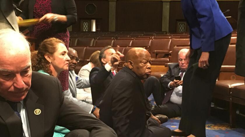 Hacia el mediodía del miércoles, los legisladores tomaron el pleno en protesta por la falta de compromiso por parte de los republicanos para proponer reformas legislativas que refuercen los controles de antecedentes y se limite la compra de armamento de asalto.