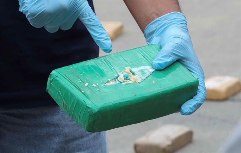 Un hombre radicado en el condado de Santa Rosa, en el extremo noroeste de Florida, falleció tras ingerir siete gramos de cocaína cuando agentes de la policía detuvieron su auto en una carretera, informó hoy un medio local. EFE/Archivo
