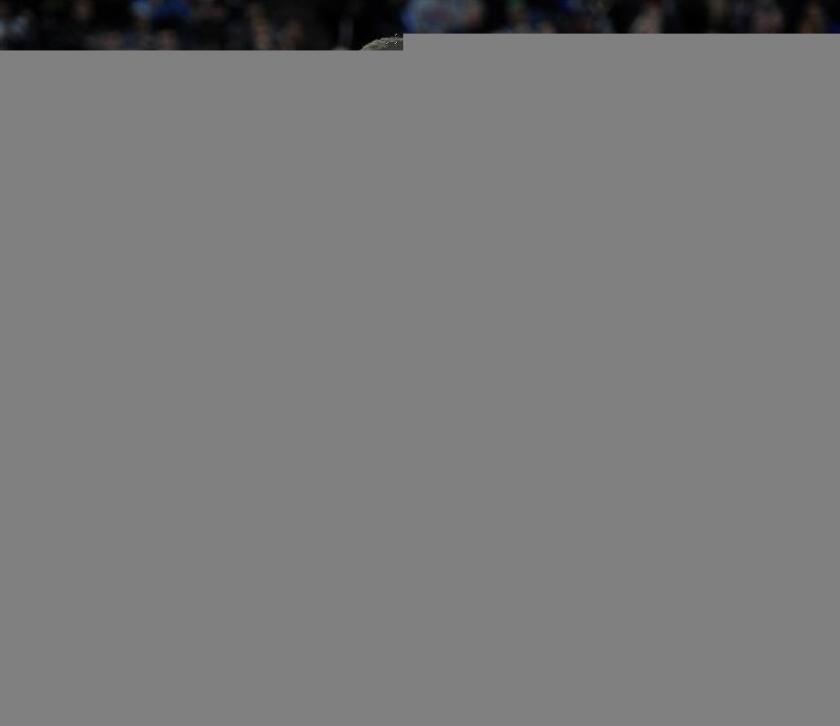 El español de Minnesota Timberwolves Ricky Rubio (i) sigue a Stephen Curry (d) de Golden State Warriors este domingo 11 de diciembre de 2016, durante un juego de la NBA realizado en Target Center en Minneapolis (EE.UU.). EFE