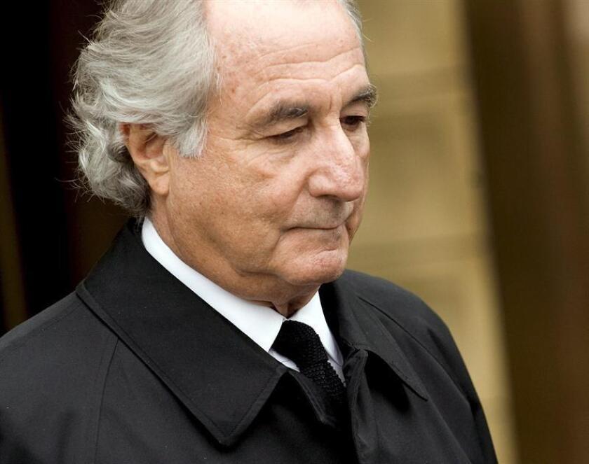 Fotografía del ex financiero Bernard Madoff abandonando una corte federal tras una audiencia en Nueva York (EEUU). EFE/Archivo