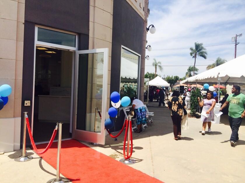 La comunidad llega al nuevo y renavado centro Community Coalition en el sur de la ciudad, una de las áreas de más necesidadeconómica y de servicios en L.A.