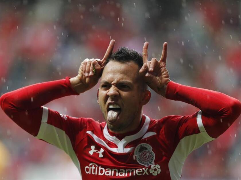 El jugador de Toluca, Rodrigo Salinas, celebra una anotación ante Necaxa durante un juego celebrado en el estadio Nemesio Diez de Toluca (México). EFE/Archivo