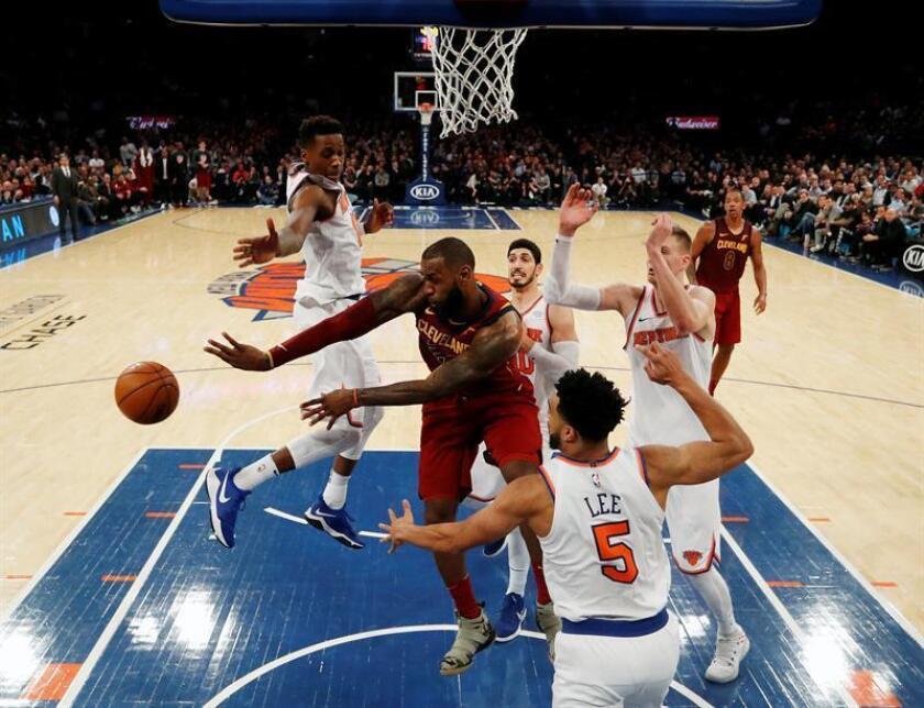 LeBron James (c) de los Cleveland Cavaliers en acción durante un partido de la NBA, entre los New York Knicks y los Cleveland Cavaliers, en el Madison Square Garden de Nueva York, Nueva York (EE.UU.). EFE