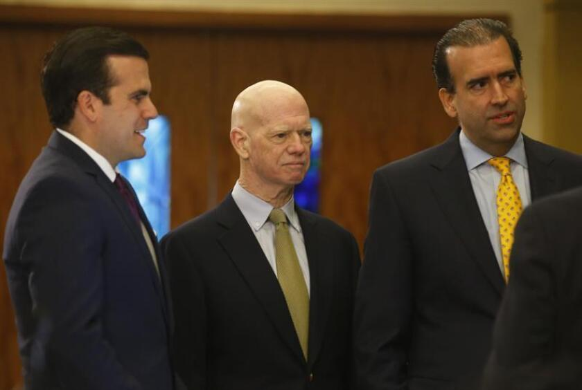 El Gobernador de Puerto Rico, Ricardo Rossello (i) el miembro de la Junta, Arthur Gonzalez (c) y el presidente de la Junta José Carrion (d). EFE/Archivo