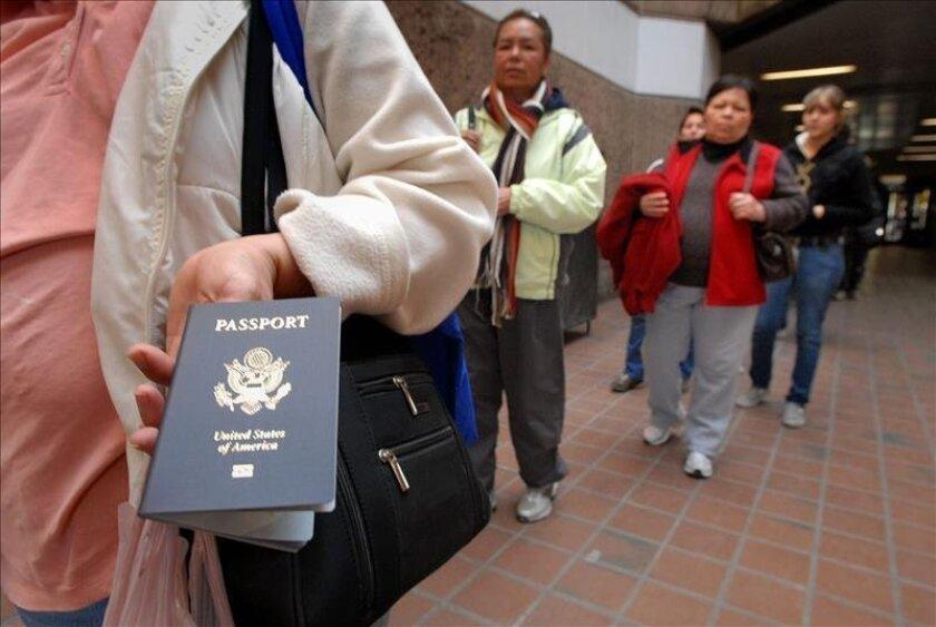 Una persona muestra su pasaporte estadounidense mientras espera a ser inspeccionada para entrar a territorio mexicano. EFE/Archivo