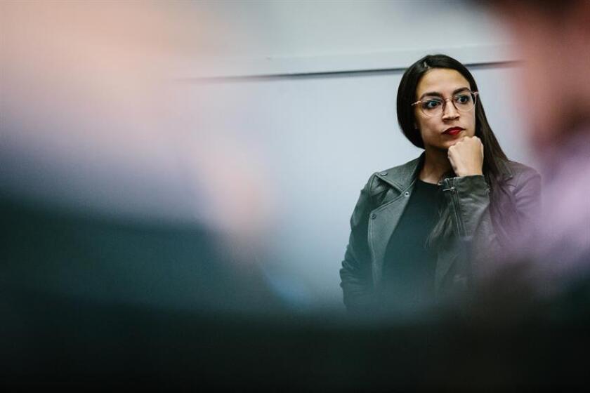 Alexandria Ocasio-Cortez, nominada al congreso de la ciudad de Nueva York, habla durante un evento de la gira como parte de su campaña hoy, , en el Bronx, Nueva York (EE. UU.). EFE/Archivo