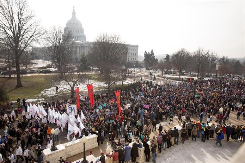 Miles de personas participan en la ''Marcha de la vida'', una manifestación contra el aborto, este viernes en el Capitolio, en Washington (Estados Unidos). EFE