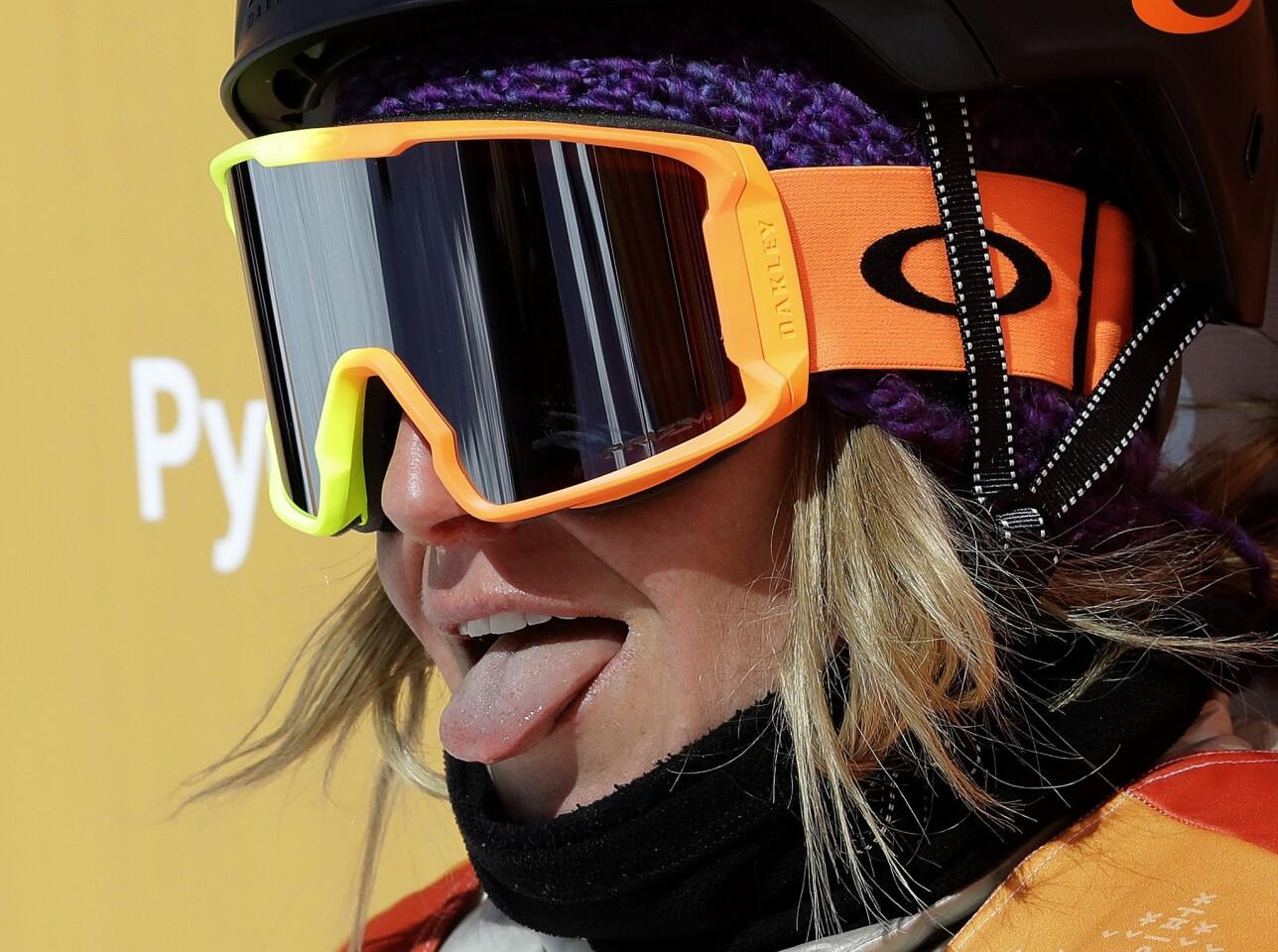 La estadounidense Jamie Anderson muestra la lengua tras observar la puntuación que le reditúa la medalla de oro en el snowboarding, dentro de la modalidad de slopestyle, el lunes 12 de febrero de 2018, en los Juegos Olímpicos de Invierno en Pyeongchang, Corea del Sur (AP Foto/Lee Jin-man)