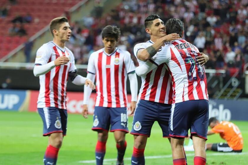 Jugadores de Chivas celebran un gol en el estadio Akron de la ciudad de Guadalajara (México). EFE/Archivo