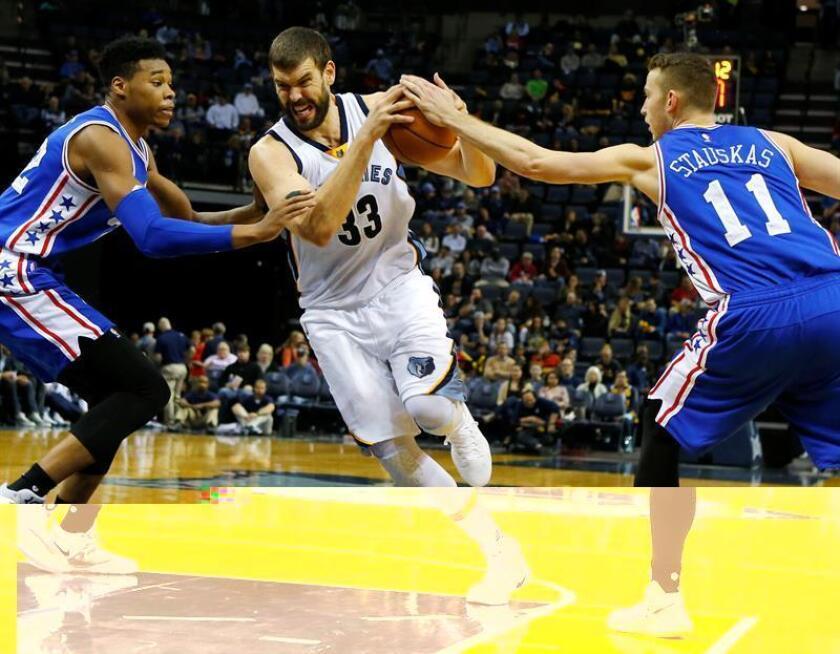 Marc Gasol (c) de los Grizzlies avanza entre Richaun Holmes (i) y Nik Stauskas de Philadelphia Sixers durante su juego de la NBA en el FedExForum en Memphis, Tennessee (EE.UU.). EFE