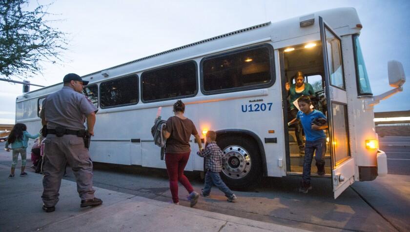 En esta foto de archivo del 28 de mayo de 2014, los migrantes son liberados de la custodia de ICE