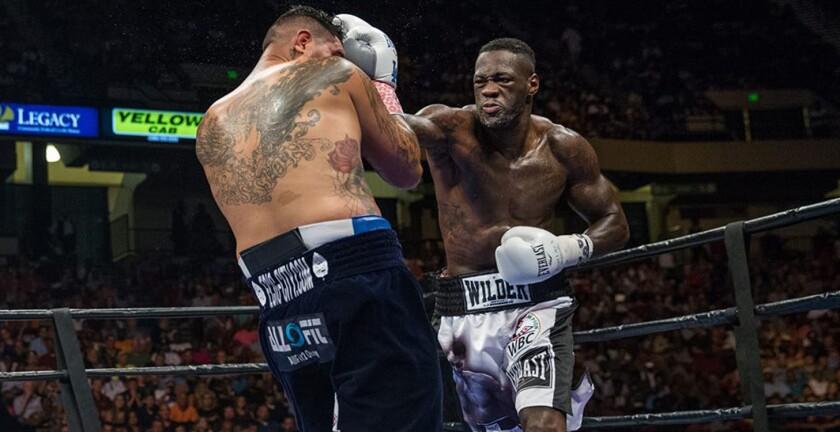 Deontay Wilder (d) impuso su golpeo sobre Chris Arreola.