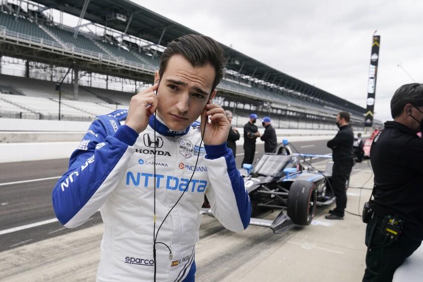 En foto del 8 de abril del 2021, el español Alex Palou se alista para las pruebas con Ganassi Racing. El domingo 18 de abril del 2021 el piloto de 24 años gana su primera carrera de la IndyCar en su presentación con su equipo. (AP Photo/Darron Cummings)