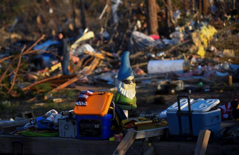Elementos recuperados son apilados en medio de los escombros de una casa tras el paso de un tornado en Alabama (EE.UU.). EFE