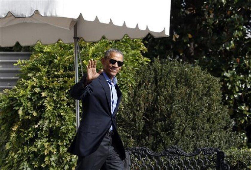 """El presidente, Barack Obama, dijo hoy a los ciudadanos que este martes no tienen que acudir a las urnas """"contra"""" alguien, porque hay una persona """"extraordinaria"""" por la que votar a favor y esa es Hillary Clinton."""