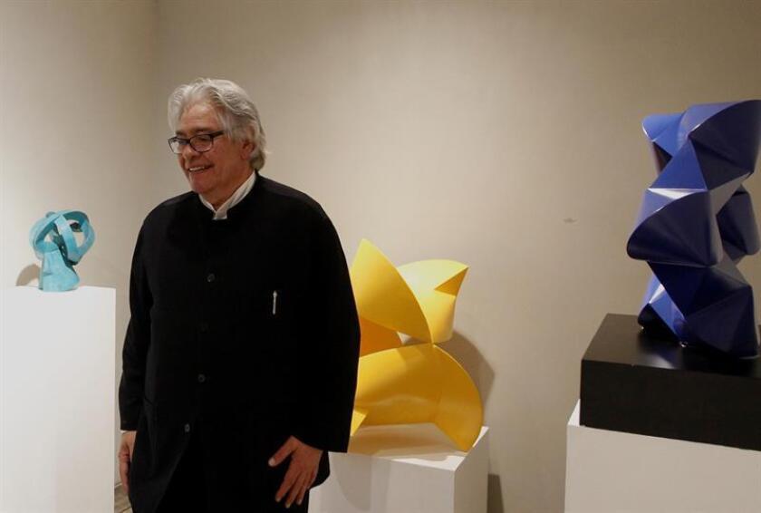 """El escultor méxicano Sebastián participa el martes 6 de noviembre de 2018, en la inaguración de su exposición """"Toroides"""", en una galeria en Ciudad de México, como parte de los festejos por el 50 aniversario de su carrera artística. EFE/Archivo"""
