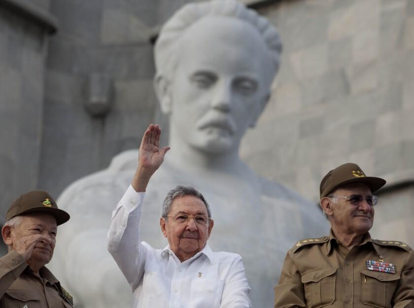El presidente de Cuba, Raúl Castro, al centro, saluda a la gente que asiste a la marcha del 1 de mayo de 2013 en la Plaza de la Revolución en La Habana, Cuba.