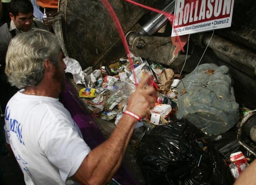 Un hombre que fue a dar al depósito de un camión de recogida de basura resultó hoy gravemente herido cuando la máquina compactadora comenzó a funcionar y tuvo que ser llevado a un hospital de Miami, informaron medios locales. EFE/Archivo