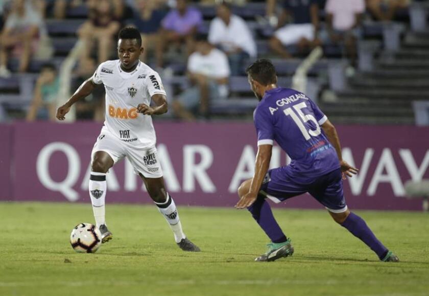 Álvaro González (d) de Defensor disputa el balón con Juan Cazares (i) de Mineiro este miércoles en un partido de la Copa Libertadores 2019 entre Defensor Sporting y Atlético Mineiro en el estadio Luis Franzini en Montevideo (Uruguay). EFE