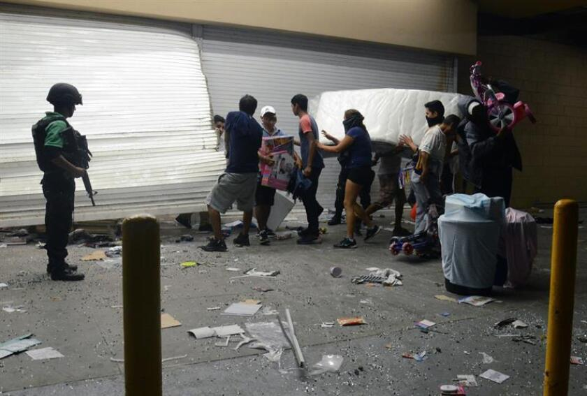 Un policía falleció y otros cinco resultaron heridos durante los saqueos registrados el miércoles en la Ciudad de México con el pretexto de protestas por el aumento de los precios de las gasolinas, informaron hoy las autoridades. EFE