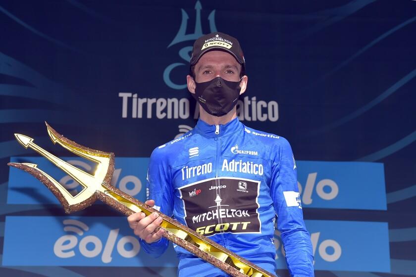 El británico Simon Yates posa con el trofeo después de alzarse con la carrera Tirreno-Adriático