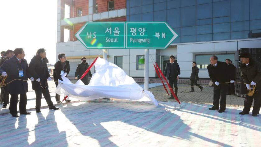 26일 오전 북한 개성시 판문역에서 열린 남북 동서해선 철도, 도로 연결 및
