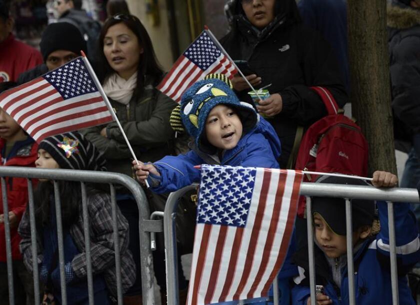 Miles de personas participaron hoy en Nueva York en el tradicional desfile con que cada año se rinde tributo a los veteranos del Ejército de EE.UU, cuando se cumple el primer centenario del final de la I Guerra Mundial. EFE/Archivo