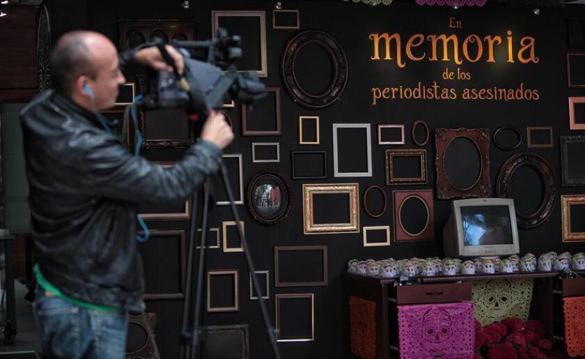 Fotografía de una ofrenda, expuesta en el Museo de Memoria y Tolerancia de Ciudad de México, en honor a los periodistas asesinados durante el año pasado. EFE/Archivo