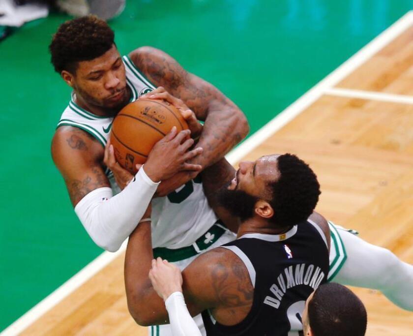 El jugador Marcus Smart (i) de Boston Celtics en acción ante Andre Drummond (d) de Detroit Pistons este miércoles durante un juego de la NBA entre Detroit Pistons y Boston Celtics, que se disputa en el TD Garden en Boston, Massachusetts (Estados Unidos). EFE