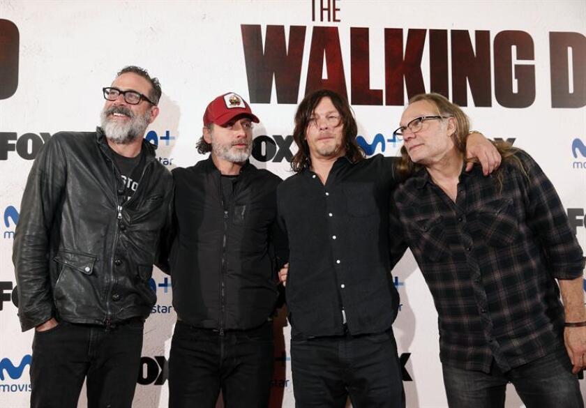 """Los actores protagonistas de """"The Walking Dead"""" Jeffrey Dean Morgan (i), Andrew Lincoln (2i), Norman Reedus (2d) y el productor y director, Greg Nicotero (d), durante un evento con fans. EFE/Archivo"""
