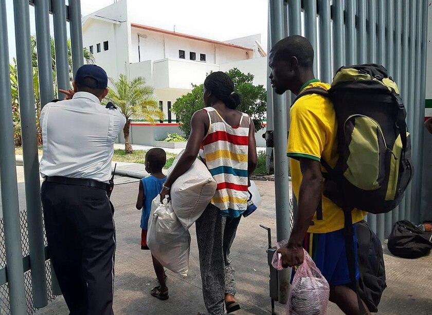 Migrantes africanos y haitianos son ubicados en albergue tras semanas a la intemperie