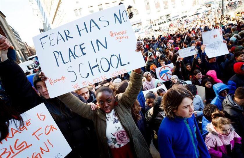 Unos 30.000 jóvenes del área de Chicago partieron esta tarde a Washington para participar el sábado en Washington DC en la Marcha Por Nuestras Vidas, una convocatoria nacional que llama la atención del país sobre incidentes violentos como el tiroteo en la secundaria Parkland, en Florida, donde 17 personas perdieron la vida en febrero. EFE/ARCHIVO