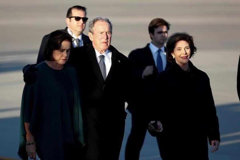 Fotografía de archivo del expresidente de EE.UU. George W. Bush (2i), y la exprimera dama Laura Bush (d). EFE/Archivo