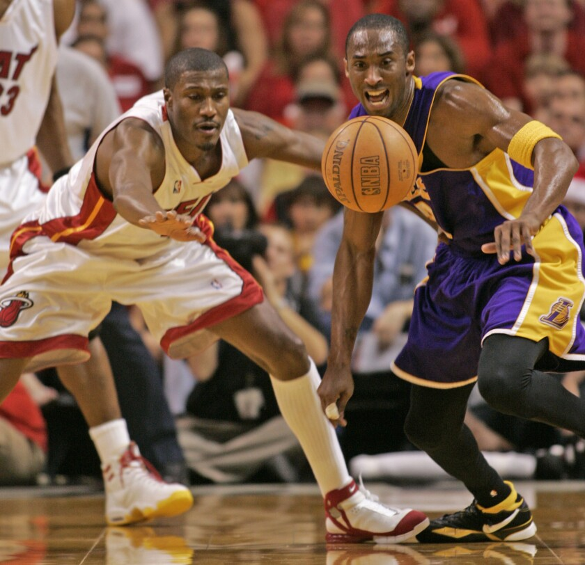 It's a loose ball as Kobe Bryant of the Los Angeles Lakers and James Posey of the Miami Heat scramble for control at the AmericanAirlines Arena on Dec. 25, 2005. (Al Diaz/Miami Herald/TNS) ** OUTS - ELSENT, FPG, TCN - OUTS **