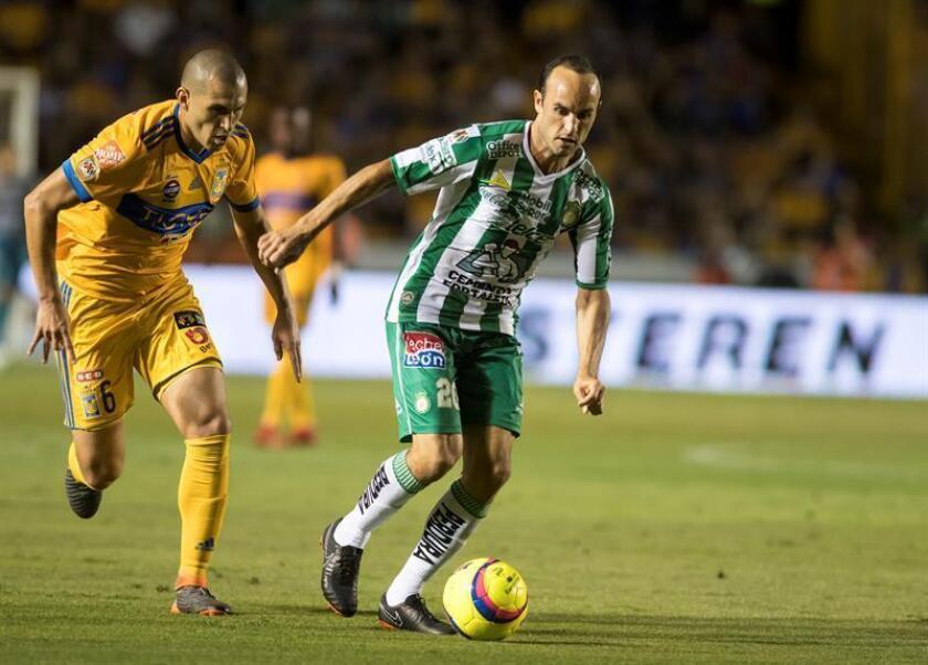 Jorge Torres (i) de Tigres disputa el balón con Landon Dónovan (d) de León. EFE/Archivo