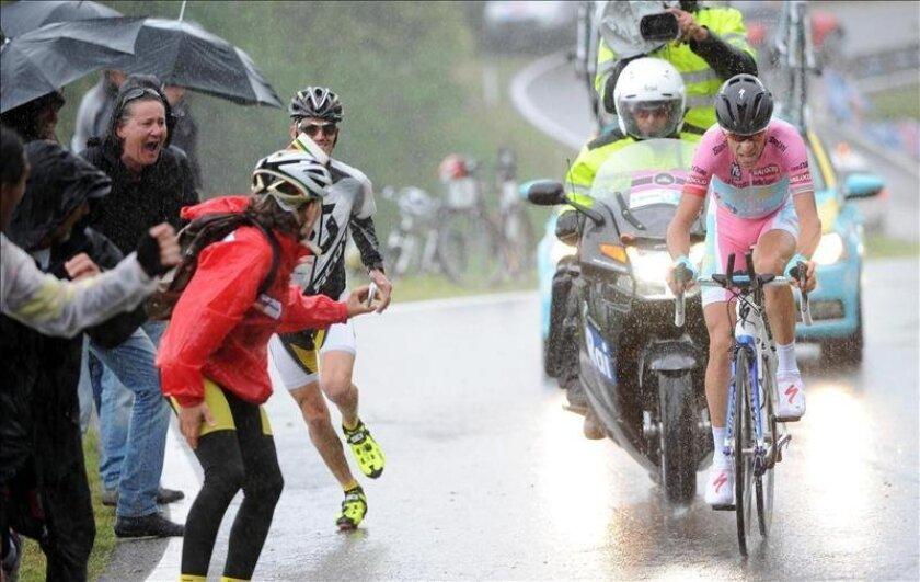 El ciclista italiano del Astana, Vincenzo Nibali, en acción durante la 18ª etapa del Giro de Italia, una cronoescalada disputada entre Mori y Polsa, de 20,6 kilómetros, al norte del país alpino, ayer. EFE