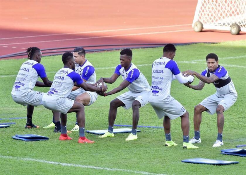 Los jugadores de la selección hondureña de fútbol participan en un entrenamiento este sábado en el estadio Olímpico Metropolitano, en San Pedro Sula (Honduras). EFE
