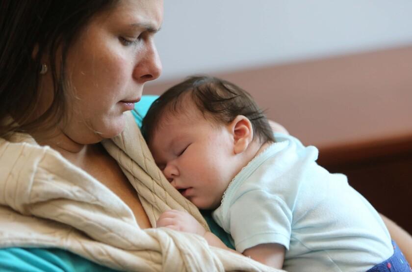 María Ramírez Bolívar, residente en Doral (Florida), contrajo el Zika en Venezuela. En sus brazos sostiene a Micaela Milagros Mendoza, de 2 meses. Su bebé tiene una calcificación en su cerebro relacionada con el virus.