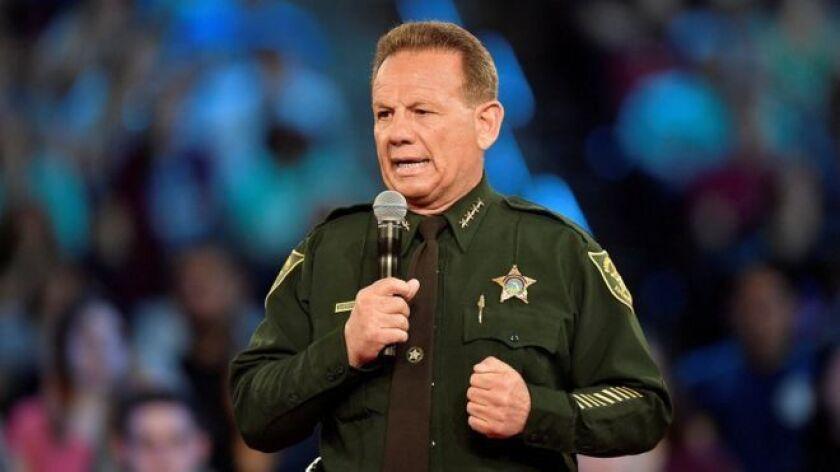 Scot Peterson, el policía armado que estaba asignado a la escuela secundaria Stoneman Douglas de Parkland, en Florida, escenario del último tiroteo masivo de Estados Unidos, no accedió al recinto al oír los disparos ni se enfrentó al atacante.
