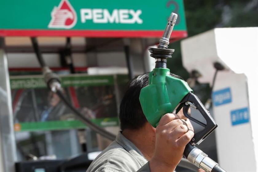 Un hombre trabaja en una estación de gasolina, el 27 de diciembre de 2016, en Ciudad de México. EFE/Archivo